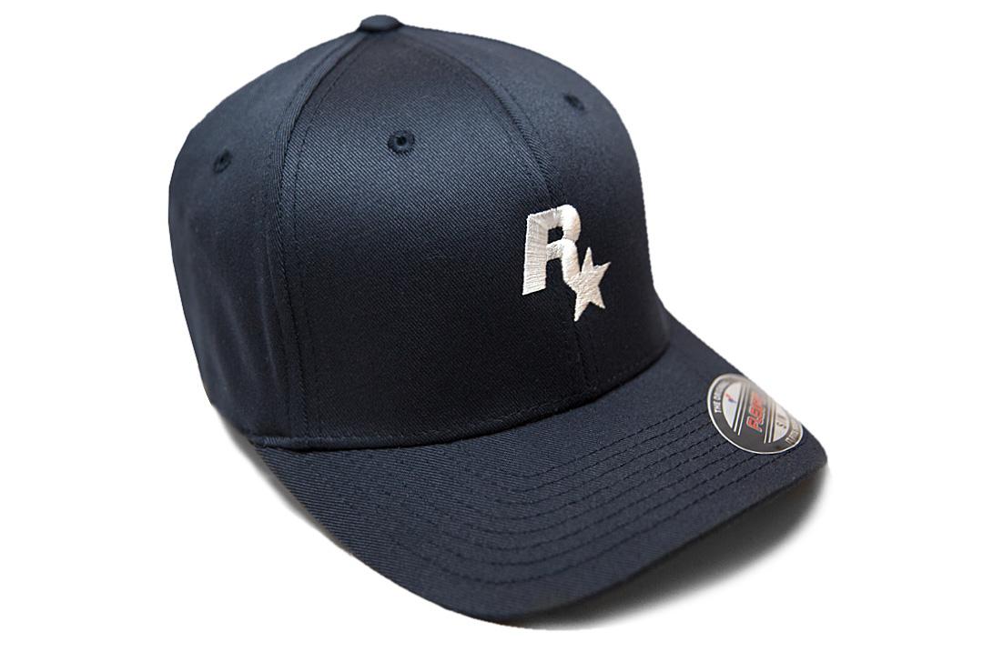 La clásica gorra de béisbol blanca y azul marino de Rockstar vuelve a estar  disponible en el Rockstar Warehouse hasta agotar existencias. 9a54dcecb3a